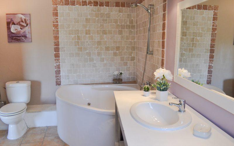 Salle de bain avec baignoire balnéo