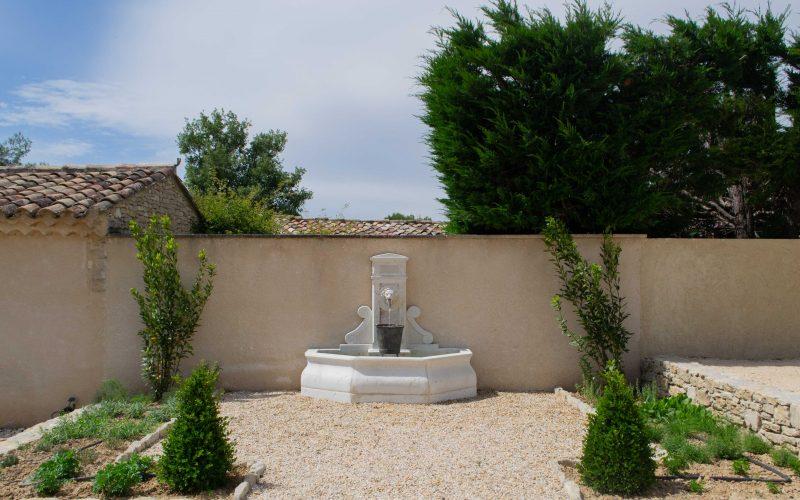 Fontaine et jardin de plantes aromatiques